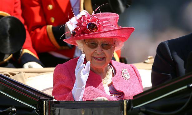Заподозряха, че английската кралица има изкуствена ръка (ВИДЕО)