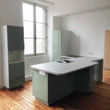 Pose et ajustement d'une cuisine achetée par le client. Fabrication d'un plan de travail sur mesure.