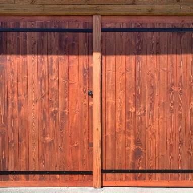 Porte de garage en épicéa 3 plis. teinte Saturabois chocolat.