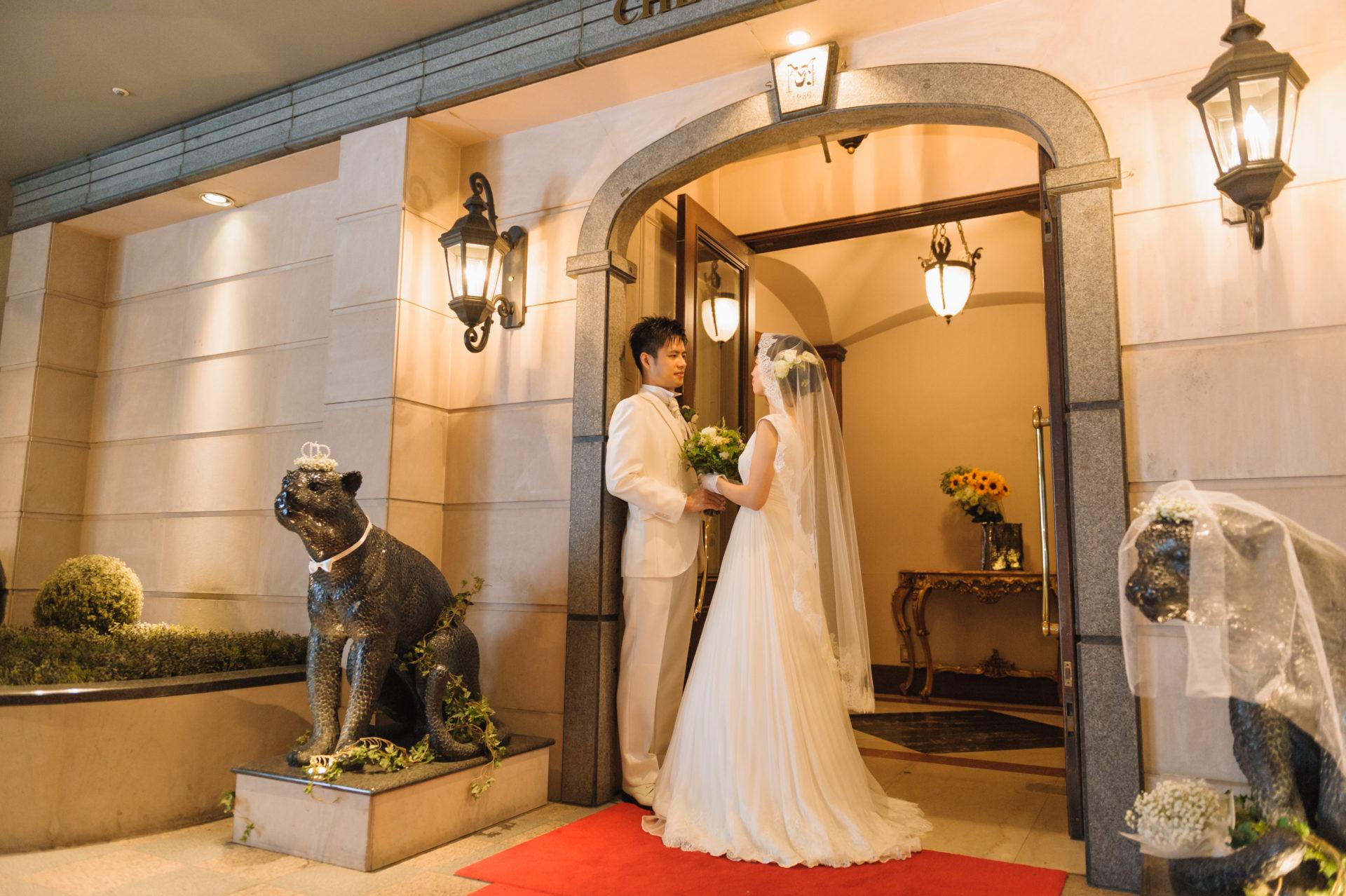 シェ松尾の入り口のジャガー結婚式仕様