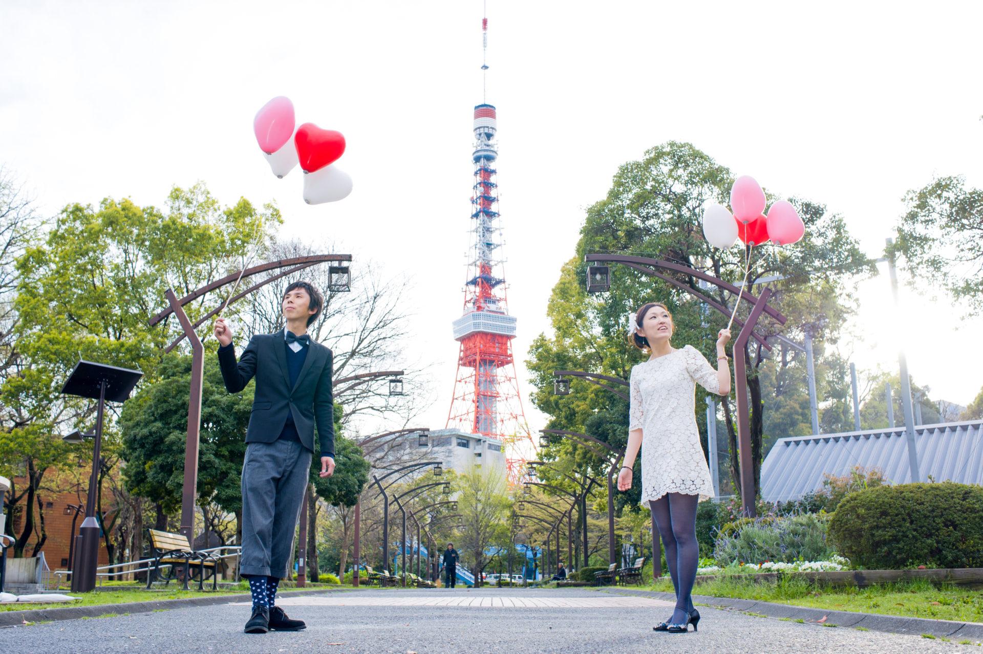 東京タワーを背景に御成門より撮影風船あり