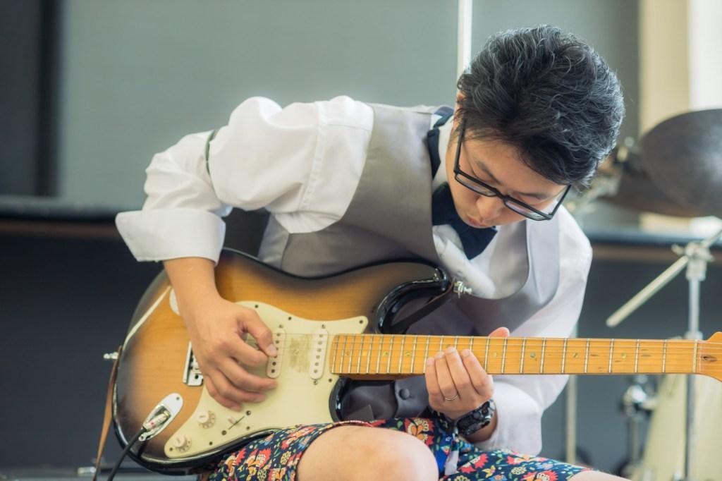 新郎さんがギターとベース担当です