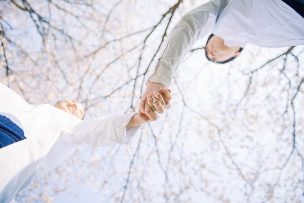 結婚指輪と桜を入れて撮影