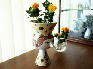 頭上は花瓶になっていて、お花も飾れます。