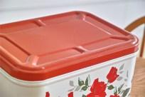 鮮やかな赤の薔薇柄 ブレッド缶ですが、端切れ入れなどに最適! 4