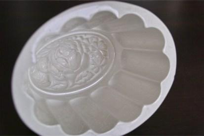 アンティークの陶器モールド トップに薔薇があしらわれていて可憐です。