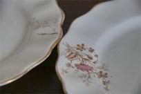 径17.5センチ アンティークのケーキ皿 野の花のデザイン2枚組 1