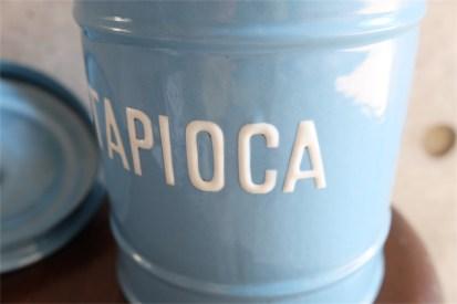 英国 ブルーにホワイトでTAPIOCAの文字が愛らしい アンティークホーローのキャニスター