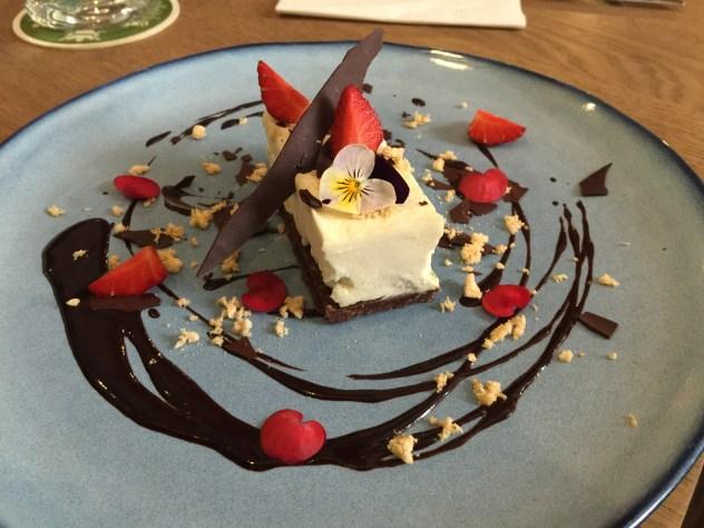 Lime and white chocklate cheesecake, strawberries, meringe