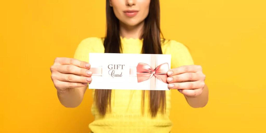 Karty podarunkowe na prezent - czy to dobry pomysł? Wady i zalety bonów upominkowych.