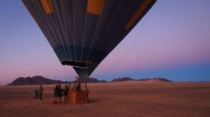 """""""Unser"""" Ballon vor dem Start in der Namibwüste"""