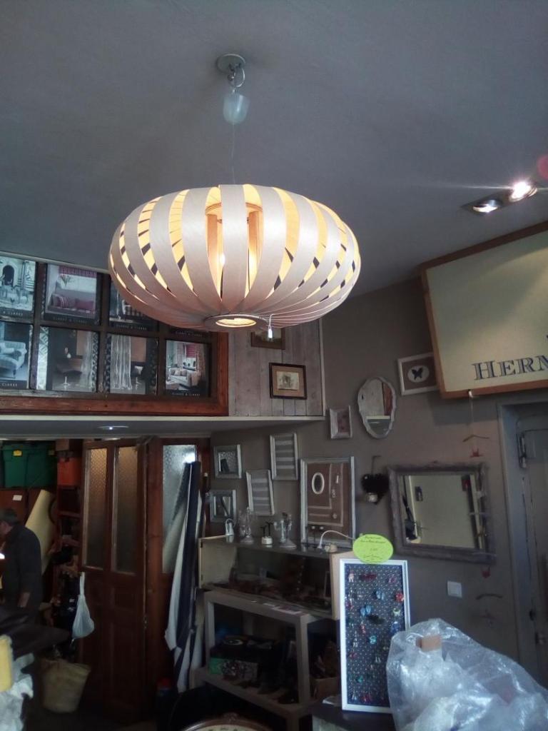 suspension,luminaire, lustre,bois,lames,transparence,lumière,tamisée,ambiance,forme ronde aplatie
