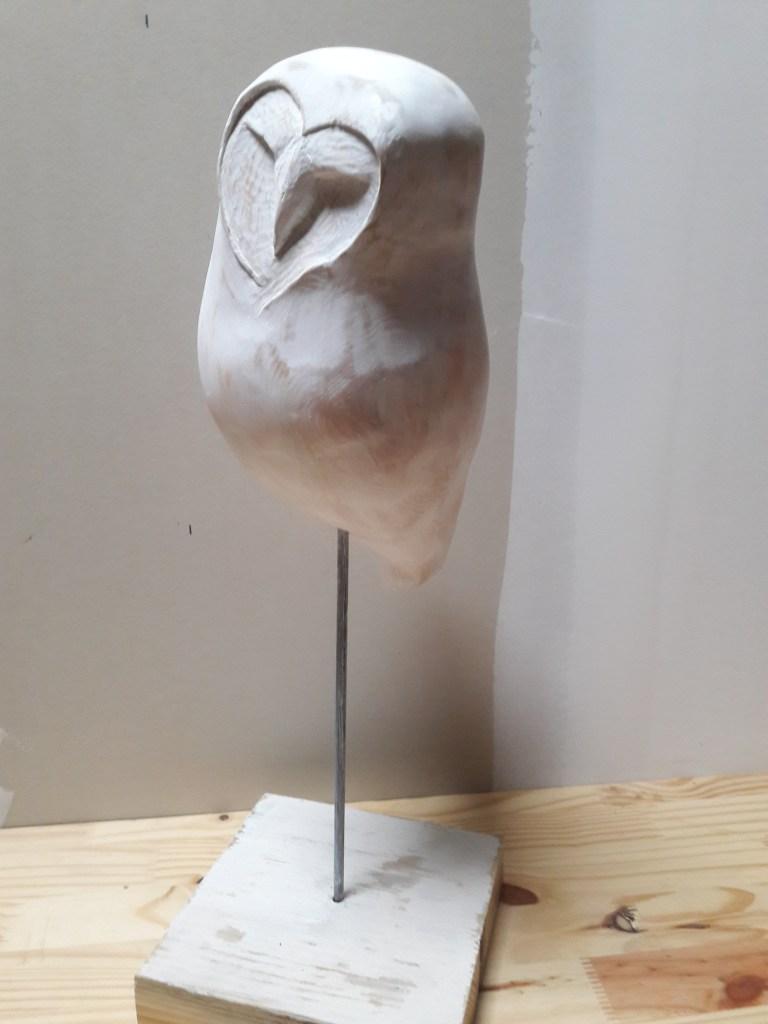 sculpture en bois chouette patinée blanche, par atelier kobo creations, moderne,design, expressive sur pied de métal noir mat. Jolie décoration d'intérieur-