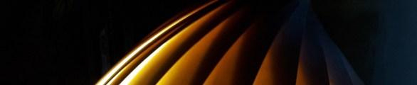 Jeux de lumières au travers de lames de bois fin-effet de transparences lumineuses sur fond noir dans le formulaire de contact-ambiance