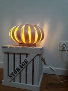 lampe à poser en lames de bois fin, cintrées et naturelles, travail artisanal