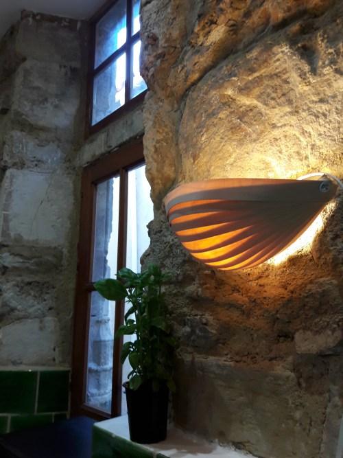 applique horizontale, en lames de bois, lumière, ambiance sur pierres et fenêtre, avec plante verte