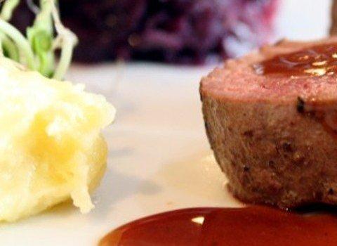 Hirsch-Steaks an Rotkraut und Kartoffelpüree mit Preiselbeersoße