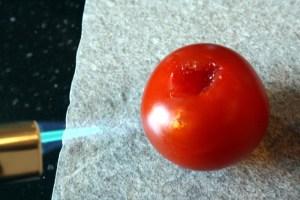 Tomatenhaut abflämmen