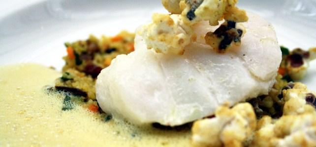 Fisch mit Popcorn und Safranschaum