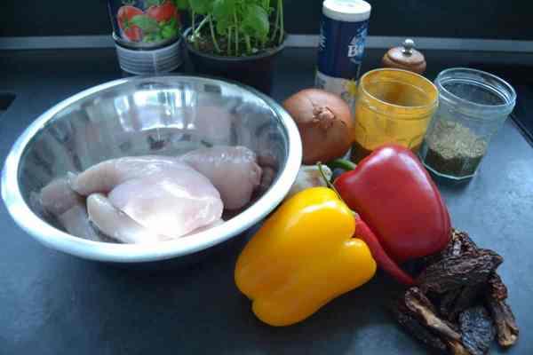 Hähnchenbrust, Paprika , Zwiebel , Trigusar , Kräuter