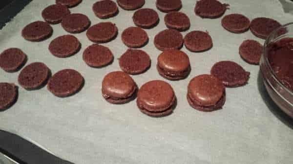 Schokoladen Macarons mit dunkler Ganache