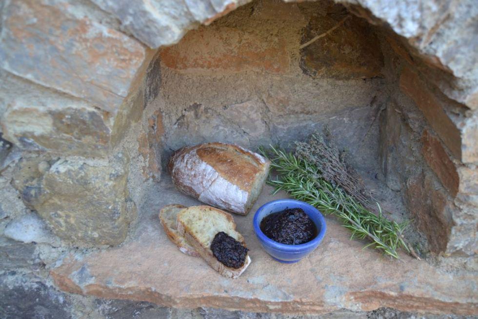 Tapenade noire , Olivenpaste , Brot , Rosmarin