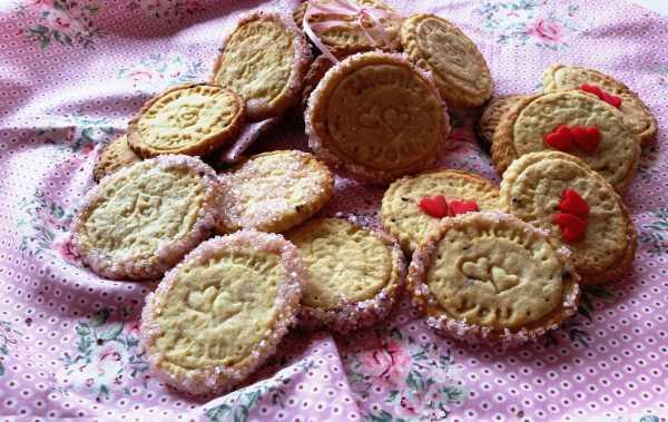 Cookies aus Buttermürbteig mit rosa Zucker