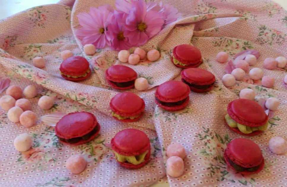 pinke Macarons mit Schokoladen Ganache