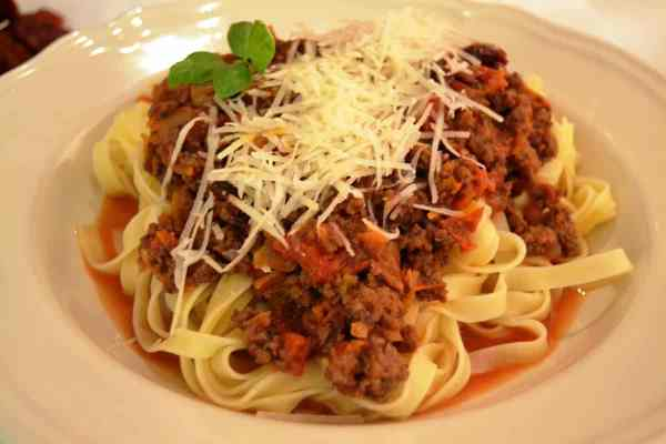 Bolognese ragù mit Tagliatelle und Parmesan