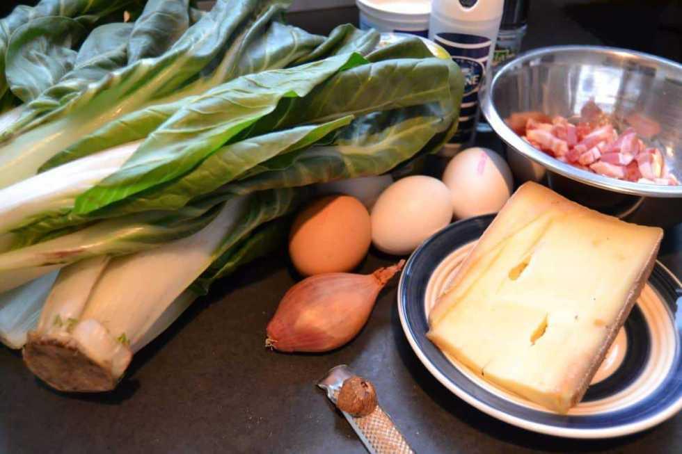 Mangold, Bacon, Käse , Eier und Muskat