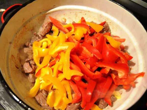Rindergeschnetzeltes mit Zwiebel und Knoblauch , Paprika anbraten