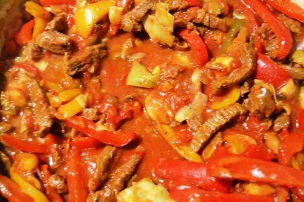 Rindergeschnetzeltes mit Zwiebel und Knoblauch , Paprika , Artischocken Pilzen Jalapenos und Tomaten