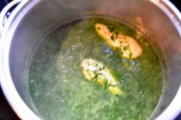 Kartoffeln und Schalotten , Hähnchenbrust ,Brühe und Bärlauch