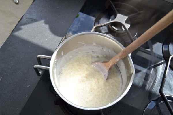 Milch und Reis kochen
