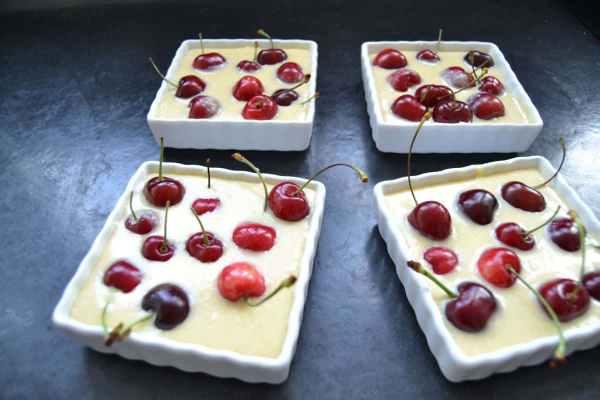 kirsch-clafoutis-mit-mandeln-und-creme-fraiche