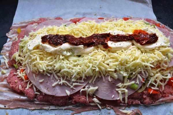 Bacon und Hackfleisch ,Jalapenos ,Käse , Paprika , gekochter Schinken , Lauchzwiebel ,Knoblauch ,Käse , Mozzarella , Tomate