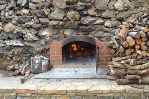 Steinbackofen mit brennendem Holz