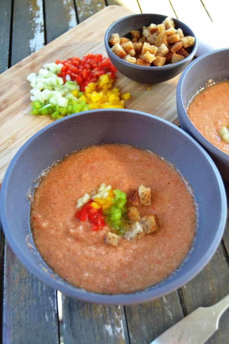 Gazpacho mit Paprika , Gurke und Brotwürfel