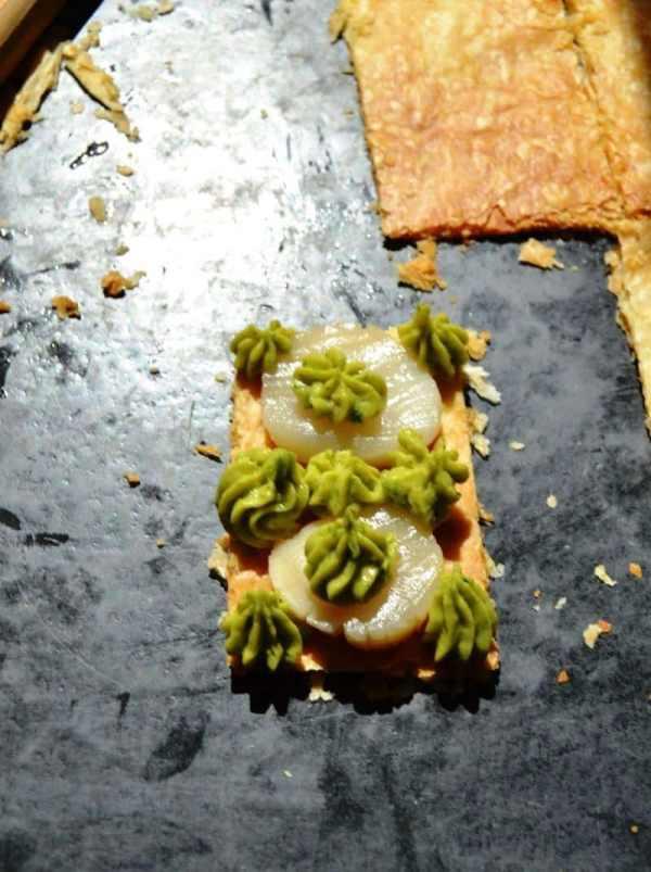 Blätterteig mit Jakobsmuschel und Avocadocreme füllen