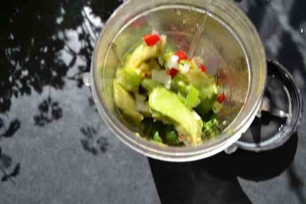 Avocado , Koriander , Chili , Lauchzwiebel , pürieren