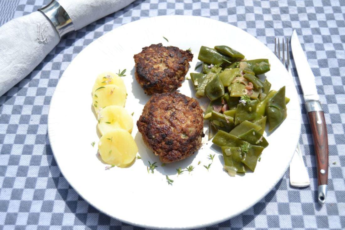 Schnippelbohnen mit Frikadelle und Kartoffel