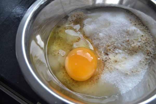 Ei , gemahlene Mandeln und Zucker