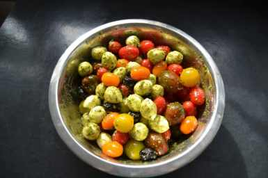 bunter-tomatensalat-mit-mozzarella-kugeln-