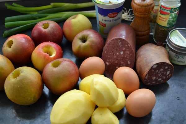 Kartoffeln , Äpfel, Blutwurst , Lauchzwiebel , Creme Fraiche