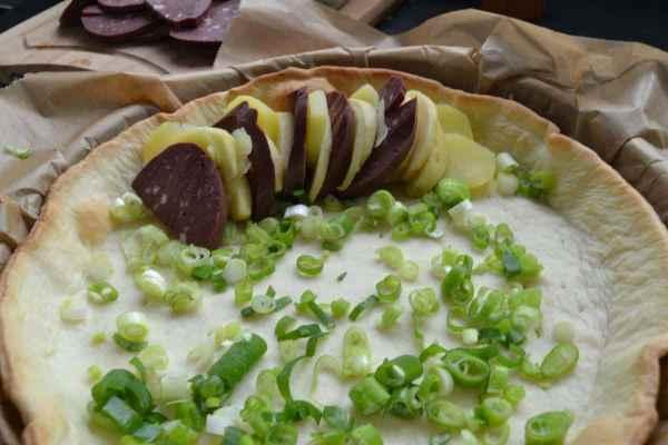 Kartoffelscheiben , Apfelscheiben und Blutwurstscheiben mit Lauchzwiebel