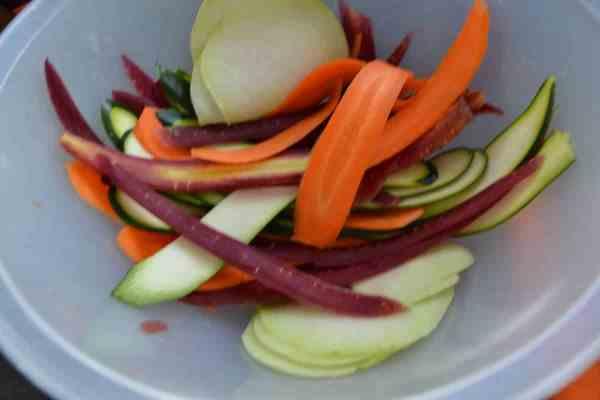 gehobelte Karotten , Zucchini , Kohlrabi
