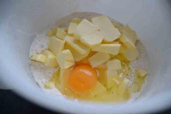 Eier , Mehl , Mandeln , Zucker Butter für Mürbeteig