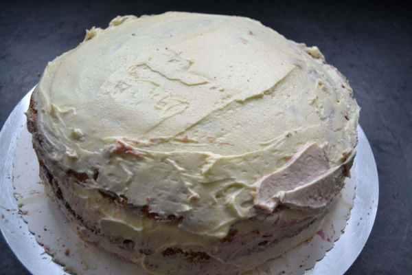 Torte mit Buttercreme und Konfitüre füllen