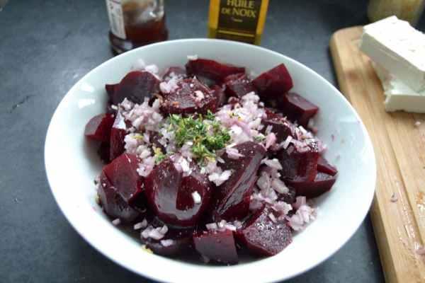 rote Beete Salat mit Schalotten Würfeln und gehacktem Thymian