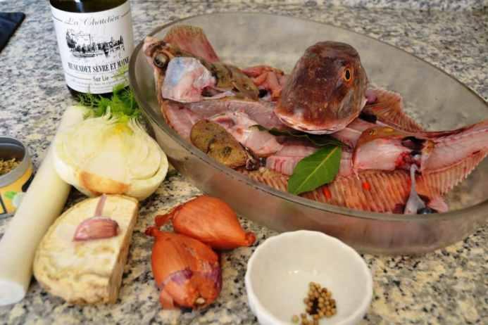 Fischkopf , Gräten , Weißwein,Fenchel, Sellerie, Schalotte , Lauch